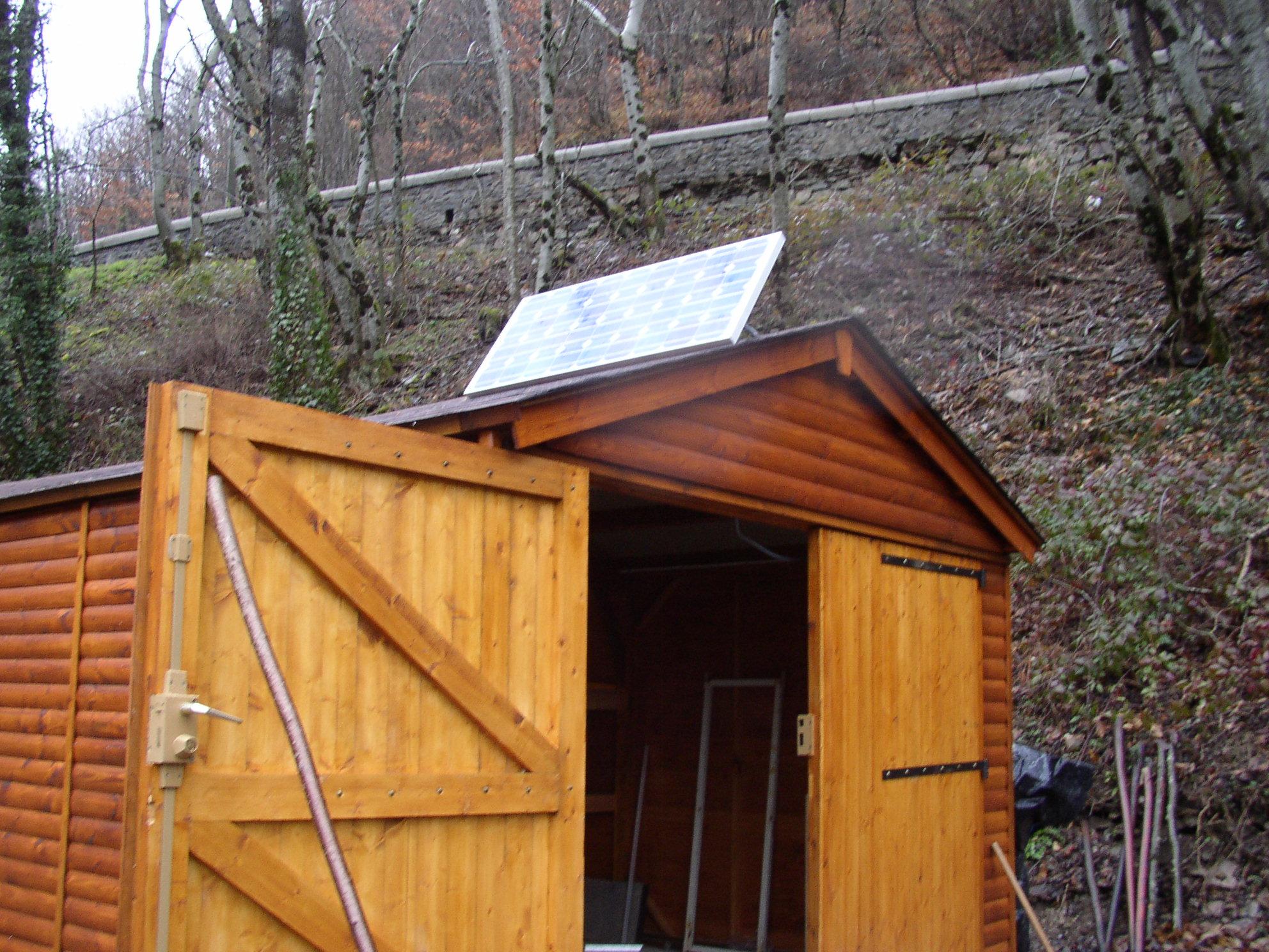 panneau solaire sur hangar entre. Black Bedroom Furniture Sets. Home Design Ideas